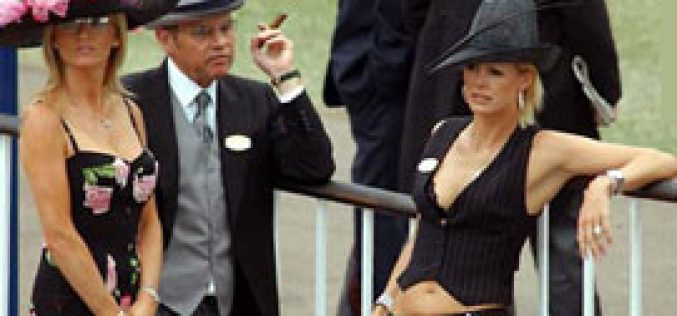 Queen backs bare flesh ban at Royal Ascot