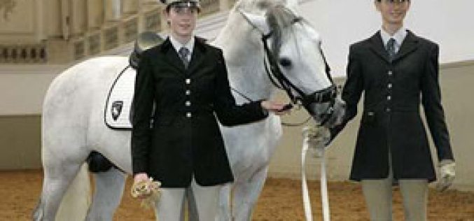 British teenager is first woman student at Spanish Riding School