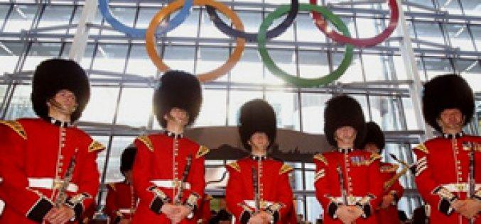 Anéis olímpicos gigantes no aeroporto de Heathrow