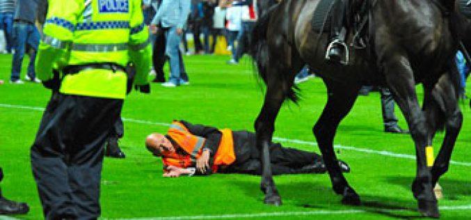 «Steward» atropelado por cavalo no jogo Preston versus Liverpool (vídeo)
