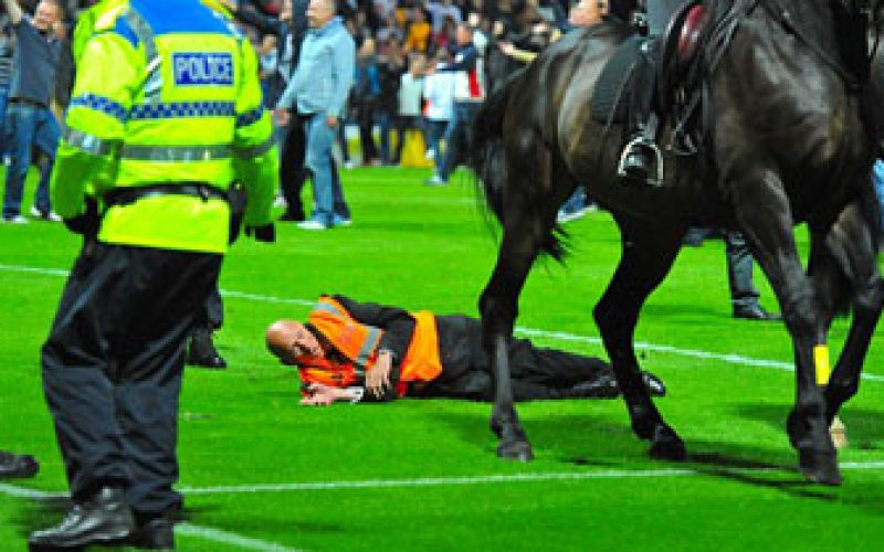 «Steward» atropelado por cavalo no jogo Preston versus Liverpool (vídeo)