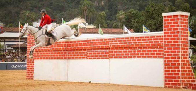 Brasil: Felipinho falha a tentativa de bater o record mundial de salto em altura em muro (VÍDEO)