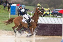 Zara Tindall sofre queda de cavalo