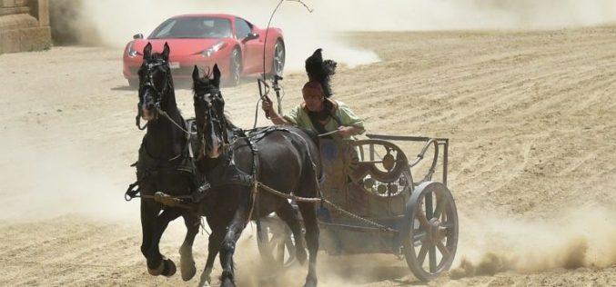 Dois cavalos enfrentam Ferrari em corrida (VÍDEO)