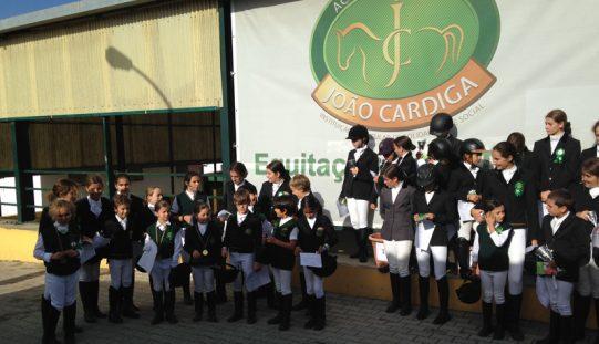 Academia J Cardiga acolhe mais de 30 mini cavaleiros, de Dressage em Póneis