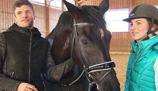Thomas Müller ensina cavalo… ou será o cavalo que ensina Thomas Müller?