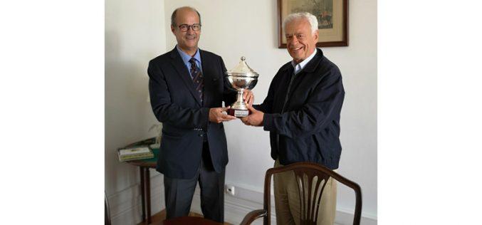 João Moura entrega o troféu da Taça das Nações à FEP