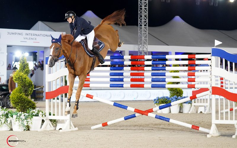 Amazing Laura Renwick jumps the six-bar class at 2,05m