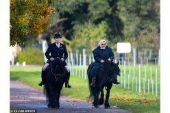 Isabell II é fotografada a cavalo