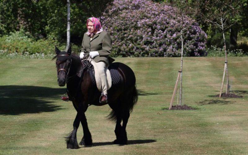 Aos 94 anos, rainha Isabel II foi fotografada a andar de pónei