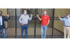 António Telles, Luís Rouxinol, Rui Fernandes e José Luís Gomes acorrentam-se ao portão do Campo Pequeno